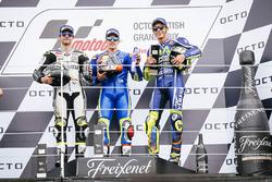 Podium: ganador, Maverick Viñales, Team Suzuki MotoGP, segundo, Cal Crutchlow, Team LCR Honda, tercero, Valentino Rossi, Yamaha Factory Racing