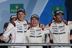 Podium: Sieger Timo Bernhard, Mark Webber, Brendon Hartley, Porsche Team