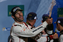 Podium: race winnaar Mark Webber, Porsche Team
