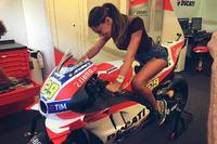 Belén Rodríguez en la Ducati Desmosedici GP de Andrea Iannone