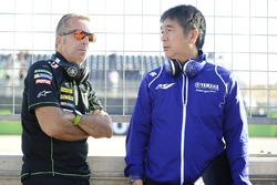 Hervé Poncharal, Monster Yamaha Tech 3 director del equipo, Kouichi Tsuji, Gerente División de desarrollo de automovilismo, Yamaha Motor