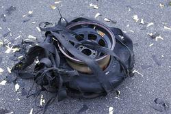 Pneu explosé sur la voiture du vainqueur, Kevin Harvick, Stewart-Haas Racing Chevrolet
