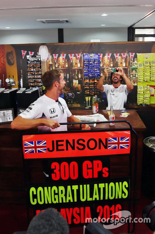 Jenson Button, McLaren celebra sus 300 GP con  Fernando Alonso, McLaren en un pub