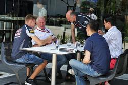 Daniil Kvyat, Scuderia Toro Rosso con el Dr. Helmut Marko, asesor de Red Bull Motorsport y Franz Tost, Scuderia Toro Rosso director del equipo