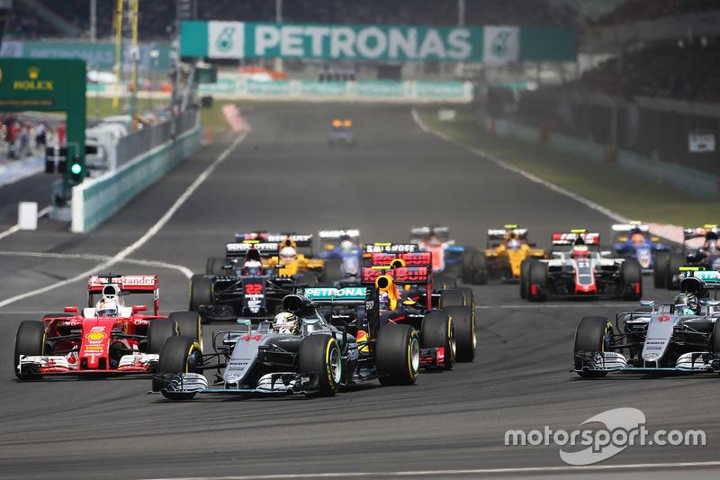 ... eine Lücke neben Max Verstappen sieht. Vettel kriegt die Kurve nicht und ...