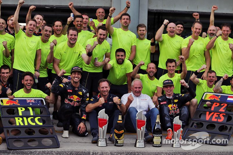 Racewinnaar Daniel Ricciardo, Red Bull Racing viert feest met zijn teamgenoot Max Verstappen, Red Bull Racing, Dr Helmut Marko, Red Bull Motorsport Consultant, Christian Horner, Red Bull Racing Teambaas, en het team