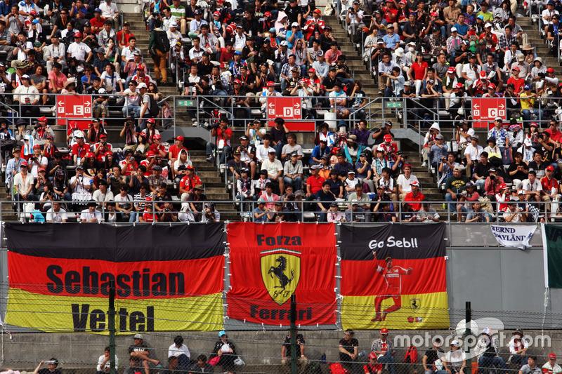 Fans mit Poster für Sebastian Vettel, Ferrari