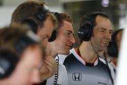 Stoffel Vandoorne piloto de prueba y de reserva, McLaren, rie con Ciaron Pilbeam, ingeniero jefe de carrera de McLaren