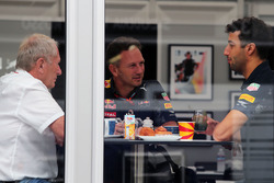 Dr Helmut Marko, Red Bull Motorsport Consultant with Christian Horner, Red Bull Racing Team Principal and Daniel Ricciardo, Red Bull Racing