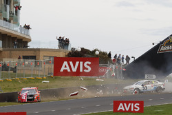 Crash: Garth Tander, Warren Luff, Holden Racing Team; Will Davison, Jonathon Webb, Tekno Autosports, Holden; Scott McLaughlin, David Wall, Garry Rogers Motorsport, Volvo
