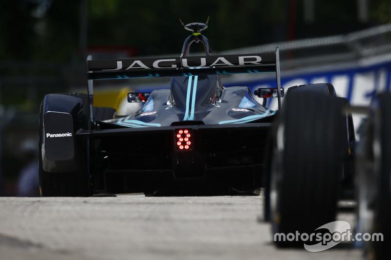 В Гонконге после 12 лет отсутствия на гоночные трассы вернулась заводская команда Jaguar. Но сезон она провалит и займет последнее место в чемпионате
