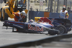 I commisari di gara attorno all'auto di Mark Webber, Red Bull Racing