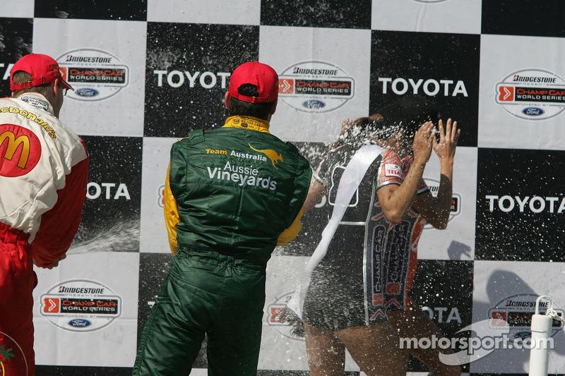 Podium: champagne les jeunes femmes Champ Car