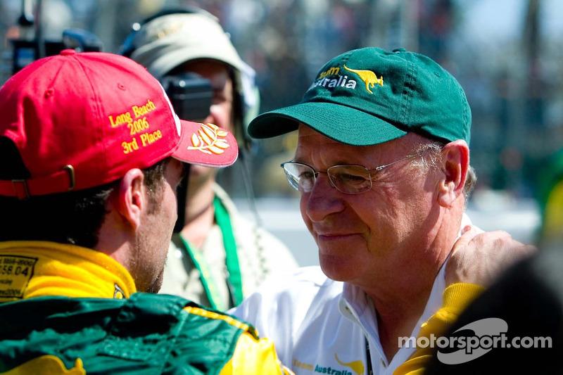 Le propriétaire de l'équipe Champ Car Derrick Walker félicite Alex Tagliani pour sa troisième place