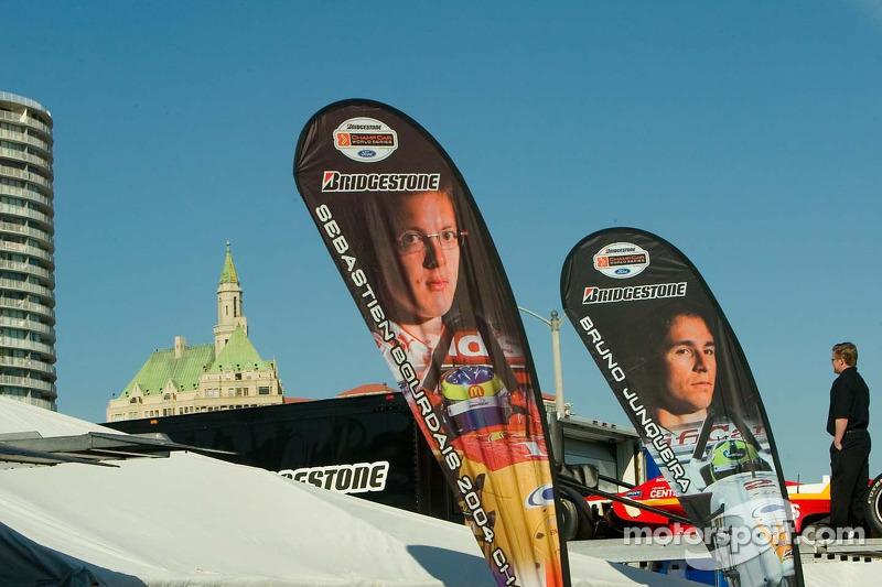 Bannières pour les pilotes Newman/Haas Sebatian Bordais et Bruno Junqueira