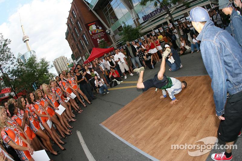 Fête John Street : des breakdancers au travail