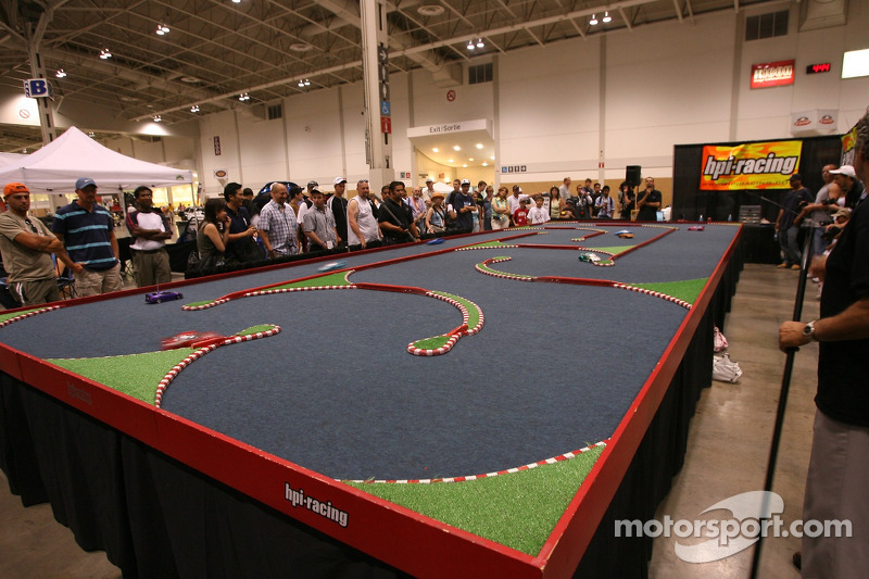 Grand Prix de l'Expo Auto de Toronto : des fans jouent aux voitures radiocommandées