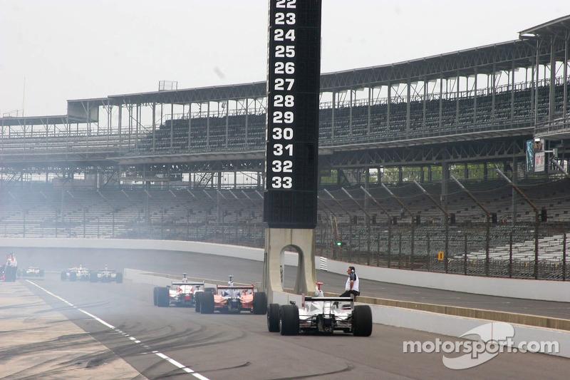 Fumée de pneus sur la ligne des stands
