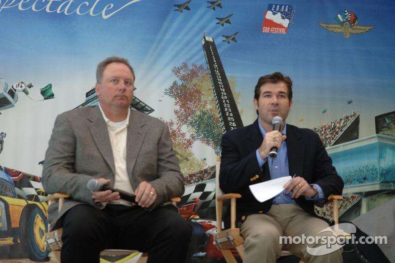 Le président de Indy Racing League Brian Barnhart, à gauche, et le président du Indianapolis Motor Speedway Joie Chitwood