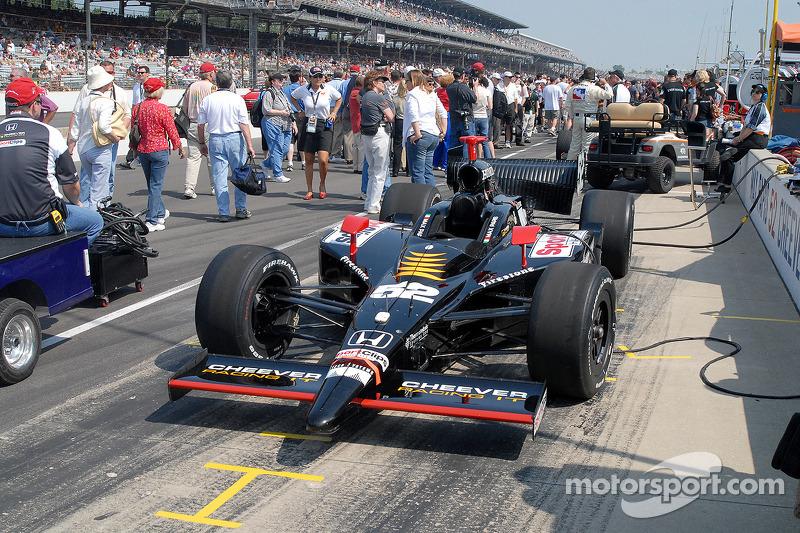 Préparation d'avant-course pour la voiture de Max Papis