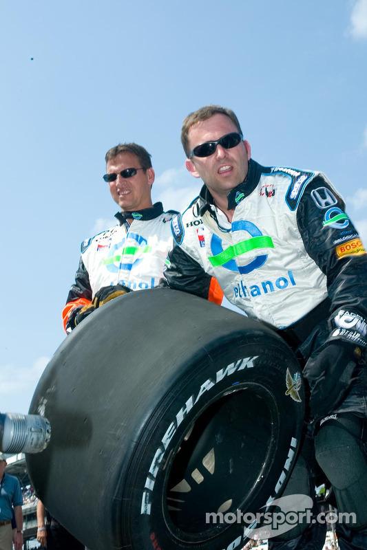 Des membres d'équipe changent les pneus