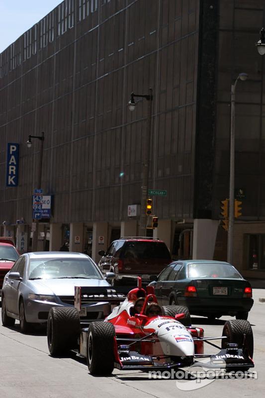 Arie Luyendyk Jr. Et le journaliste des sports Fox 6 Milwaukee Jen Lada comme passager