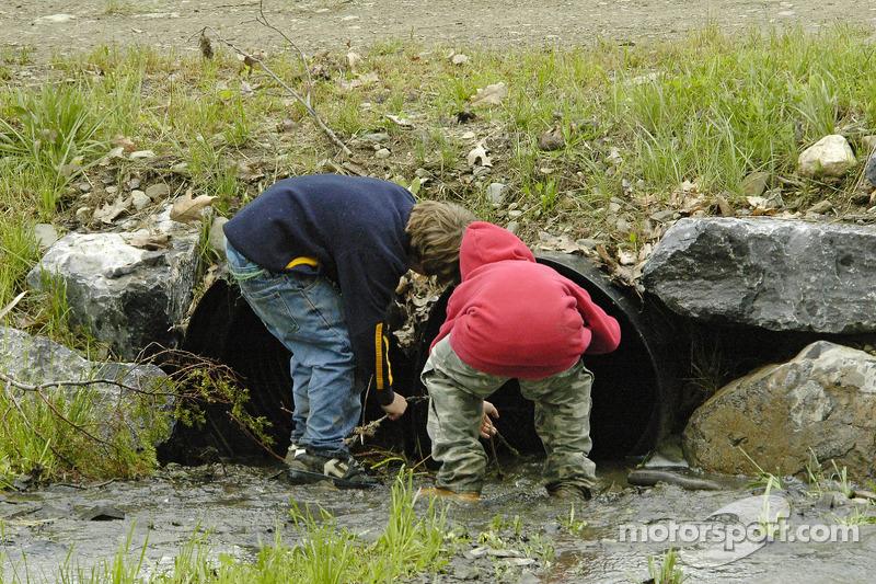 Des enfants ont profité d'une grande quantité de pluie