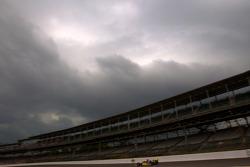 Ana Beatriz, Dreyer & Reinbold Racing qualifies under a menacing sky