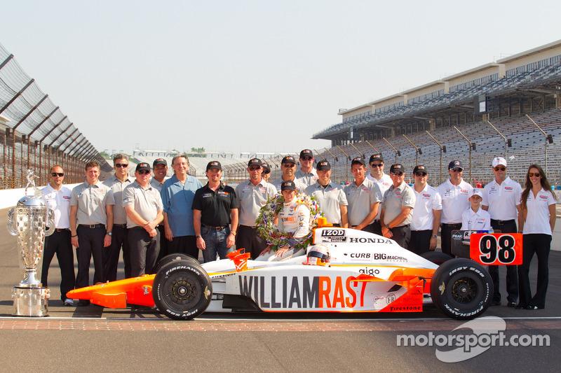 Winners photoshoot: Dan Wheldon, Bryan Herta Autosport with Curb / Agajanian poses with his team