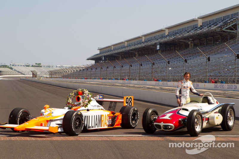 Winners photoshoot: Dan Wheldon, Bryan Herta Autosport with Curb / Agajanian poses with the the 1961 winner Trevis Offenhauser of A.J. Foyt and the 2011 winner Dallara Honda