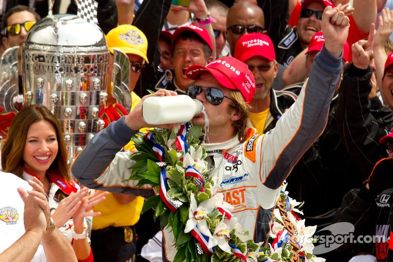 Victory circle: race winner Dan Wheldon, Bryan Herta Autosport with Curb / Agajanian celebrates
