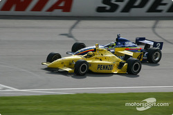 Sam Hornish Jr. devant Jaques Lazier
