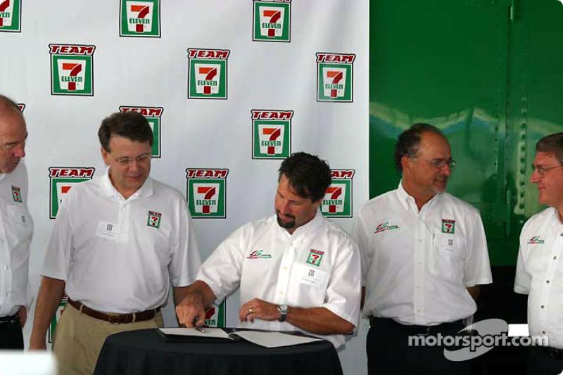 Conférence de presse Andretti Green Racing : Michael Andretti signe un accord avec les magasins 7-El