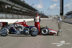 Buddy Rice with his car, the Borg-Warner Trophy and the Indy Choppers