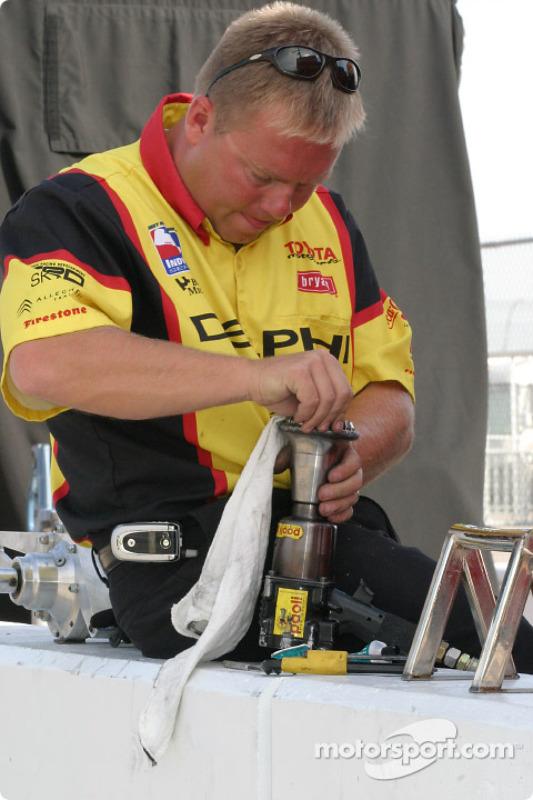 Un mécanicien nettoie le pistolet