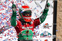 Victory lane: ganador de la carrera que Adrian Fernández celebra