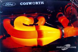 Cabeceras del Ford-Cosworth XF brillan al momento que el motor se aproxima a 16.000 rpm en el dinamó