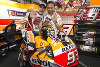 Ganador, Marc Márquez, Repsol Honda Team, Shuhei Nakamoto, vice-presidente de Honda Racing Corporation