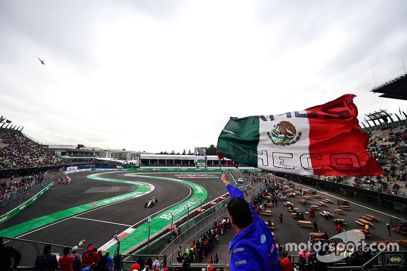 Sergio Pérez, Sahara Force India F1 VJM09 y un fan con una bandera mexicana