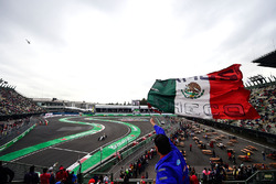 Sergio Pérez, Sahara Force India F1 VJM09 y un fan con una bandera mexicana