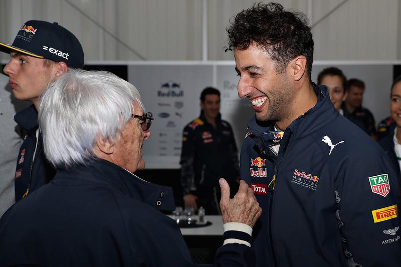 Jefe supremo de la F1 Bernie Ecclestone es celebrado por su cumpleaños por Daniel Ricciardo, Red Bull Racing