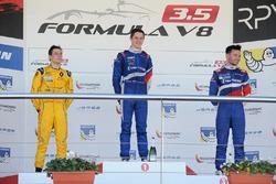 Podio: ganador de la carrera Egor Orudzhev, Arden Motorsport; segundo lugar Louis Deletraz, Fortec Motorsports; tercer lugar Matthieu Vaxiviere, SMP Racing