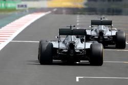 Нико Росберг, Mercedes AMG F1, и Льюис Хэмилтон, Mercedes AMG F1
