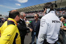 Frederic Vasseur, Renault Sport F1 Team Racing Director con Jerome Stoll, Renault Sport F1 Presidente; Carlos Slim Domit, Presidente de América móvil; y Toto Wolff, Mercedes AMG F1 accionista y Director Ejecutivo de la parrilla