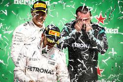 Podium: 1. Lewis Hamilton, Mercedes AMG F1, und 2. Nico Rosberg, Mercedes AMG F1, mit Tony Walton, Mercedes
