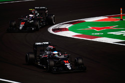 Jenson Button, McLaren MP4-31 fsigue a Fernando Alonso, McLaren MP4-31