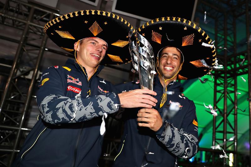Daniel Ricciardo y Max Verstappen sujetan el trofeo