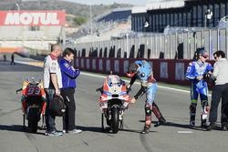 Jack Miller, Estrella Galicia 0,0 Marc VDS, begutachtet die Ducati Desmosedici GP