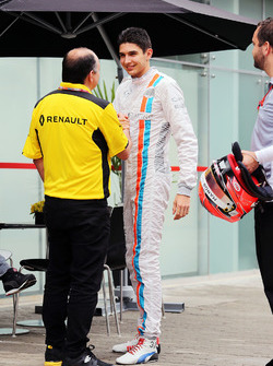 (L to R): Frederic Vasseur, Renault Sport F1 Team Racing Director with Esteban Ocon, Manor Racing