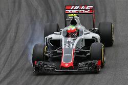 Esteban Gutierrez, Haas F1 Team VF-16 locks up under braking